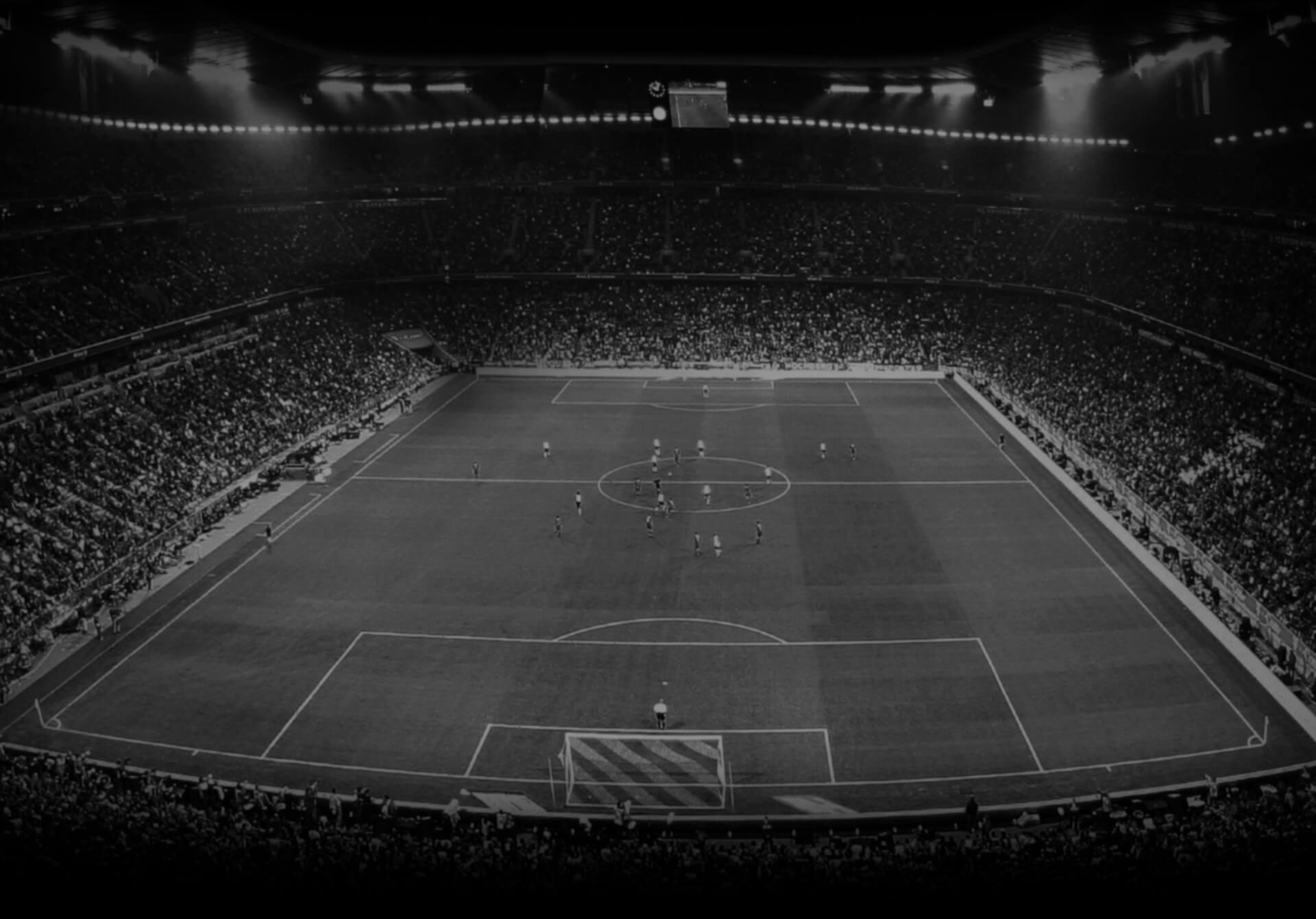 Die besten Online Fussballwetten schwarz weiß Weitsicht Fussballfeld Spieler
