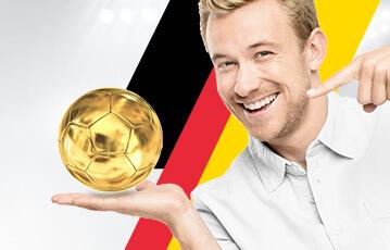 Der beste Sportwettenbonus online lächelnder Mann zeigt auf goldenen Fussball in seiner Hand