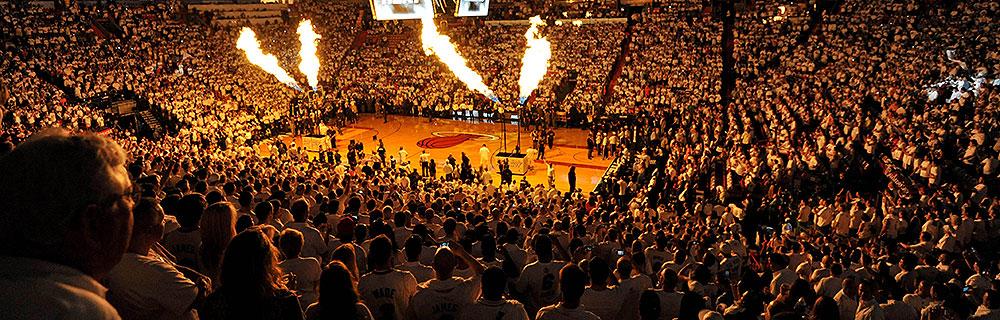Die besten Online Sportwetten News NBA Arena Basketballspiel Spielfeld Publikum