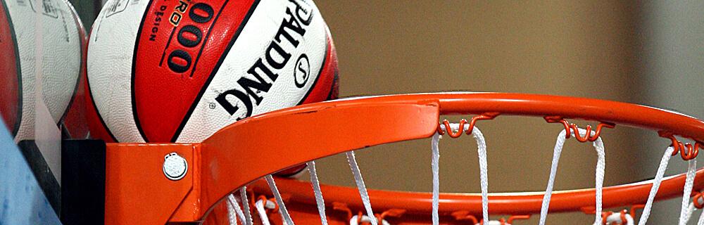 Die besten Online Sportwetten Close-up Basketball liegt auf Basketballkorb