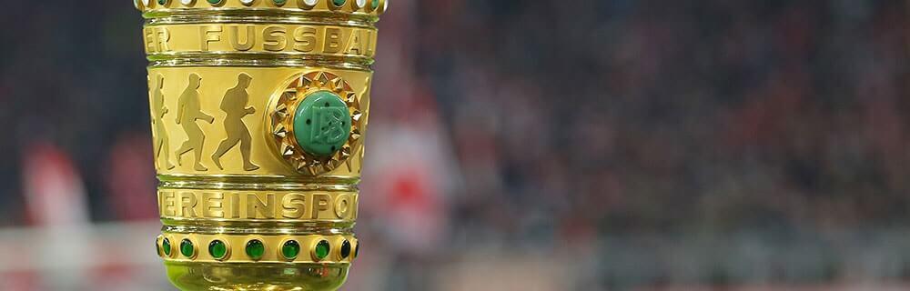 Die besten Online Sportwetten Close-up goldener Fussball Pokal