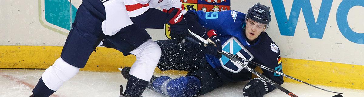 Die besten Online Sportwetten Close-up Eishockey zwei Spieler im Duell auf dem Eis Foul