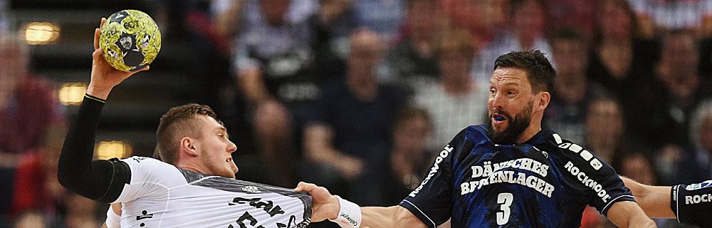 Die besten Online Sportwetten Close-up Handballspiel zwei Spieler im Duell auf dem Spielfeld