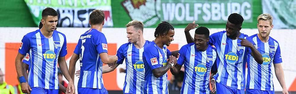 Die besten Online Sportwetten Close-up Fussballspieler auf Spielfeld Hertha BSC handshake