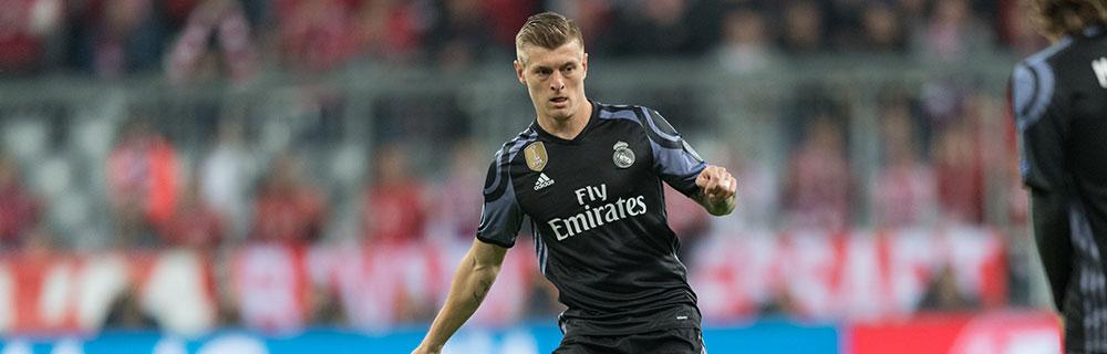 Die besten Online Sportwetten Close-up Fussballspieler auf Spielfeld in Aktion Real Madrid