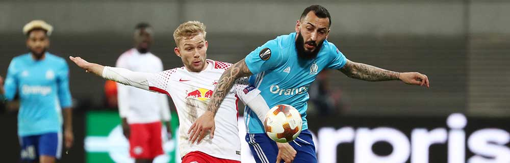 Die besten Online Sportwetten Close-up Fussballspiel zwei Spieler im Duell auf dem Spielfeld Leipzig Marseille