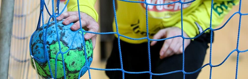 Die besten Online Sportwetten Close-up Handballspiel Torhüter im Tor Ball in Hand