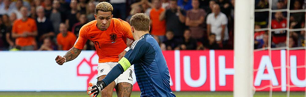 Die besten Online Sportwetten Close-up Fussballspiel zwei Spieler im Duell auf dem Spielfeld Torhüter