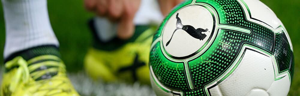 Die besten Online Sportwetten Close-up Fussball auf dem Spielfeld