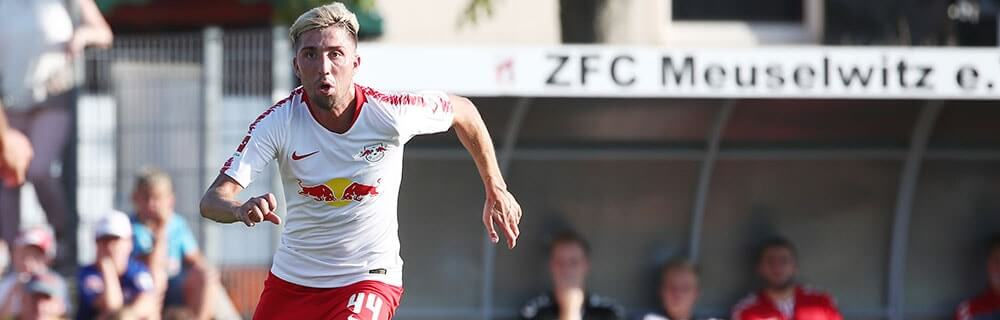Die besten Online Sportwetten Close-up Fussballspieler auf dem Spielfeld rennt RB Leipzig