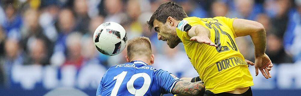 Die besten Online Sportwetten Close-up Fussballspiel zwei Spieler im Duell auf dem Spielfeld Kopfball