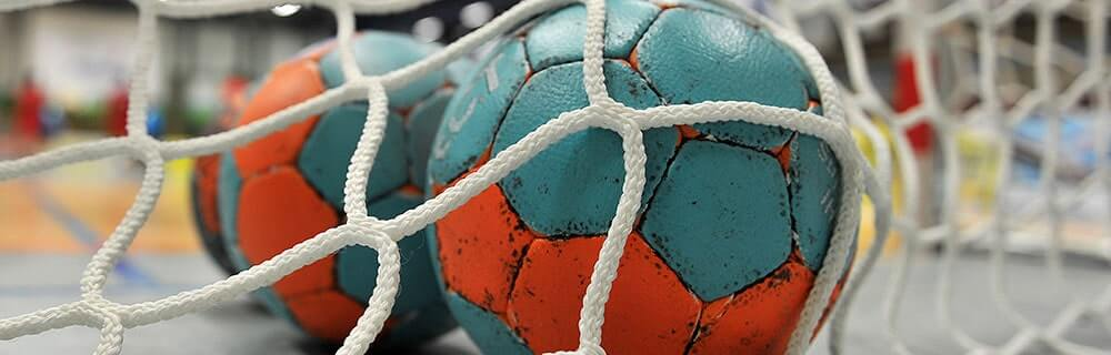 Die besten Online Sportwetten Close-up Handballspiel zwei Handbälle im Tor