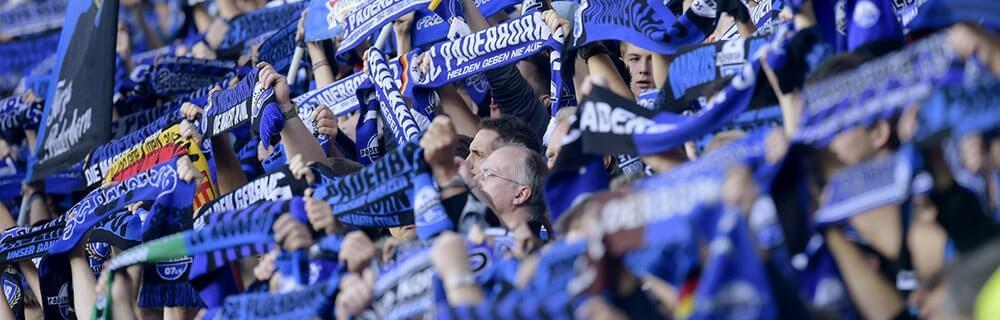 Die besten Online Sportwetten Fussballfans im Stadion Fanschal blau SC Paderborn