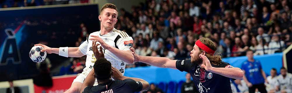 Die besten Online Sportwetten Close-up Handballspiel drei Spieler im Spiel auf dem Spielfeld