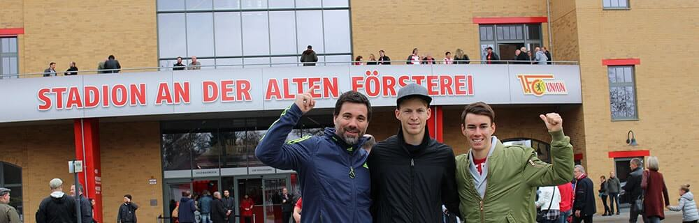 Die besten Online Sportwetten Fussballfans vor dem Stadion an der alten Försterei Berlin