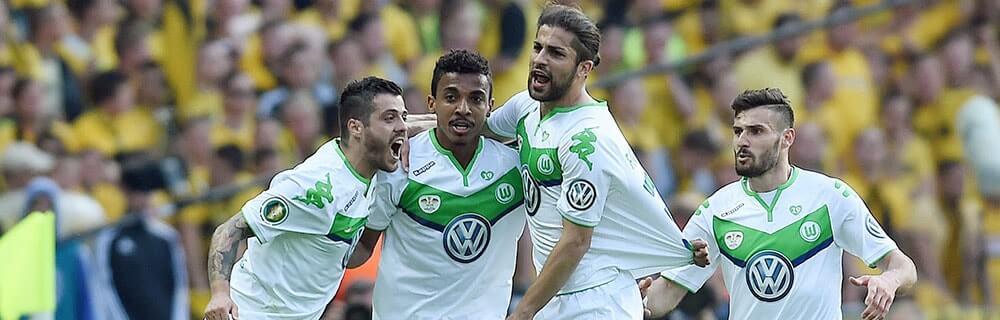 Die besten Online Sportwetten Close-up vier Fussballspieler auf dem Spielfeld Umarmung Freude Bundesliga