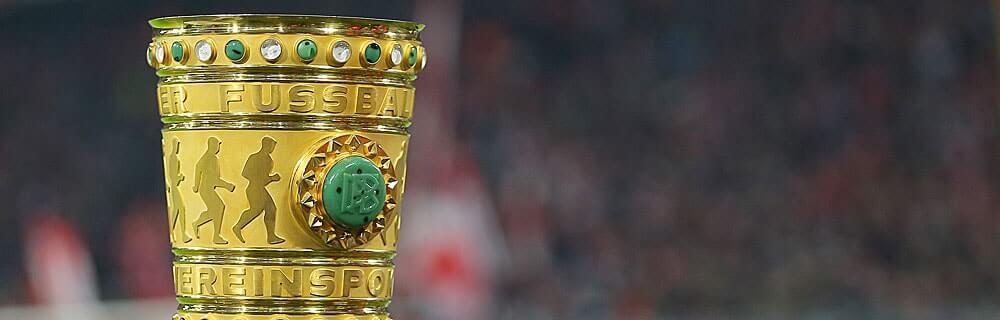 Die besten Online Sportwetten Close-up Fussball goldener Pokal