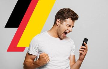 Die besten deutschen Gratiswetten Close-up Mann in Siegerpose Siegerfaust smartphone in der Hand