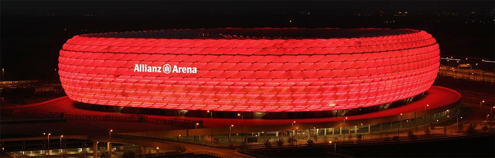 Die besten Online Sportwetten Außenansicht rot beleuchtete Alianz Arena