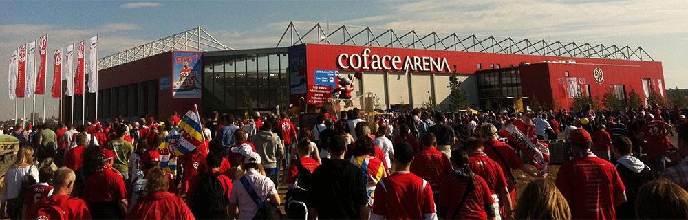 Die besten Online Sportwetten rot gekleidete Fussballfans vor dem Stadion in Mainz