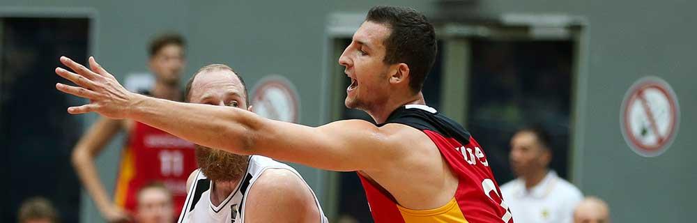 Die besten Online Sportwetten Close-up zwei Basketballspieler auf dem Spielfeld Duell im Spiel