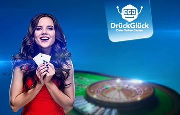 Die besten Online Casino Live Spiele lächelnde Frau mit Pokerkarten in der Hand Roulettetisch im Hintergrund
