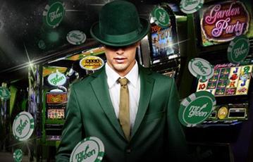 Die besten Online Casino Spiele Mann im grünen Anzug und Hut Spieleautomaten im Hintergrund Pokerchips fliegen
