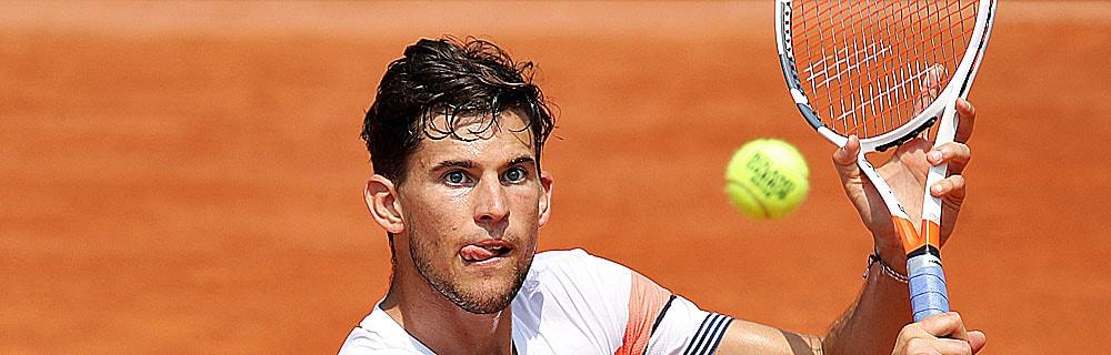 Die besten Online Sportwetten Tennisspieler im Spiel Blick auf Tennisball