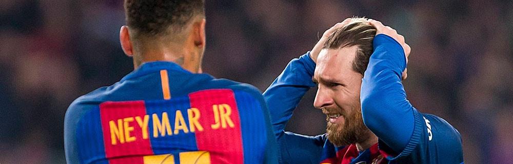 Die besten Online Sportwetten Close-up zwei Fussballspieler auf dem Spielfeld Hände an Kopf