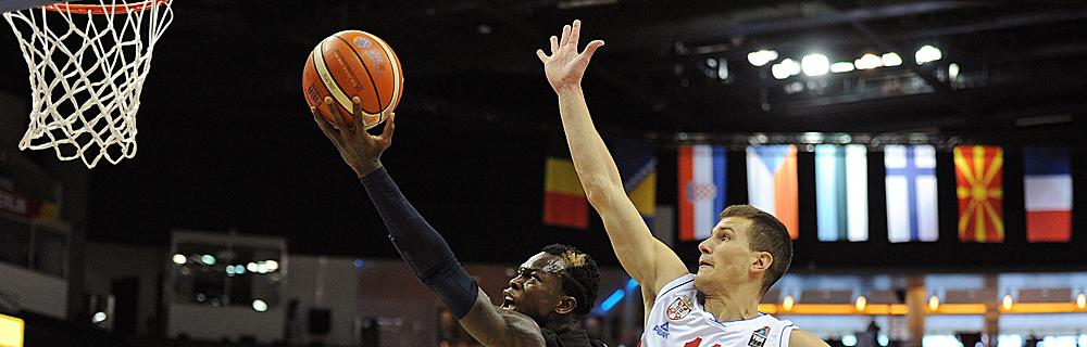 Die besten Online Sportwetten Close-up Basketballspieler im Spiel Sprung Basketballkorb