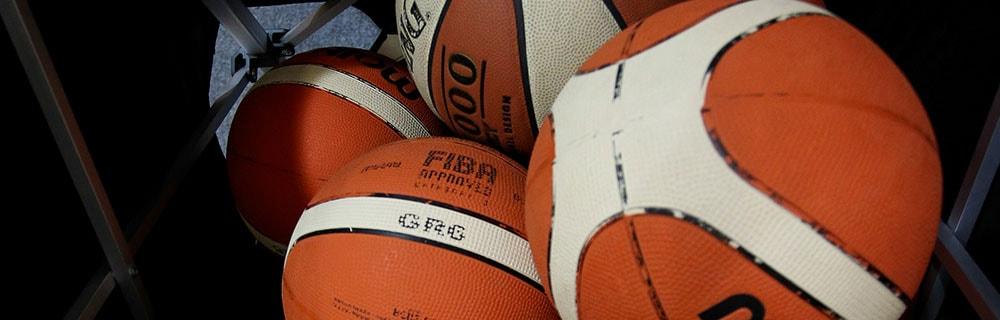 Die besten Online Sportwetten Close-up vier Basketbälle