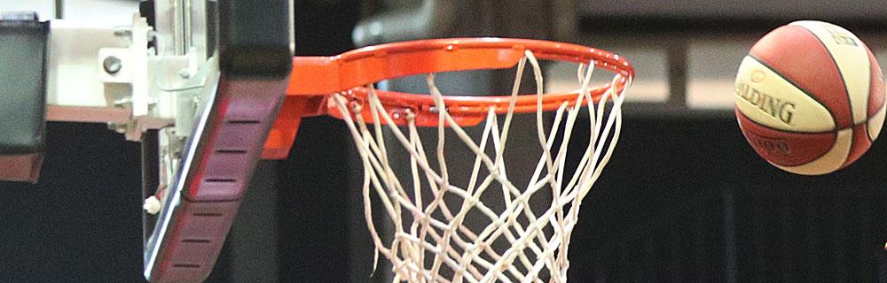 Die besten Online Sportwetten Close-up Basketball in der Luft kurz vor Basketballkorb