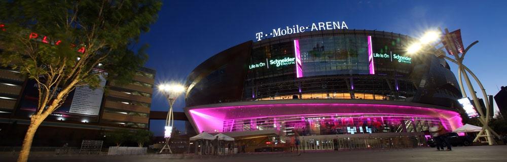 Die besten Online Sportwetten Außenansicht T-Mobile Arena magenta Beleuchtung in Las Vegas