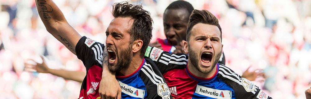 Die besten Online Sportwetten Close-up Fussballspiel drei jubelnde Spieler auf dem Spielfeld Bundesliga