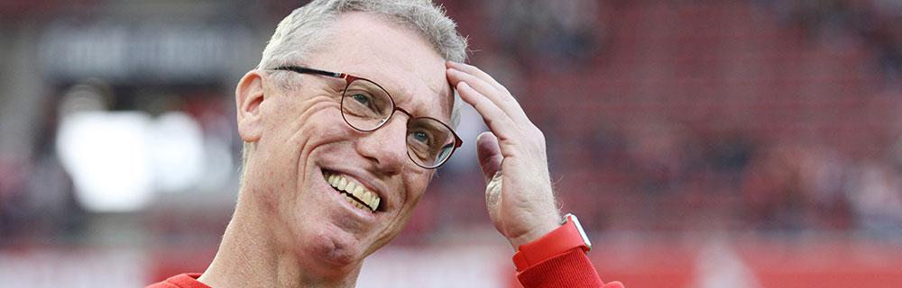 Die besten Online Sportwetten Close-up Mann mit Brille auf Spielfeld