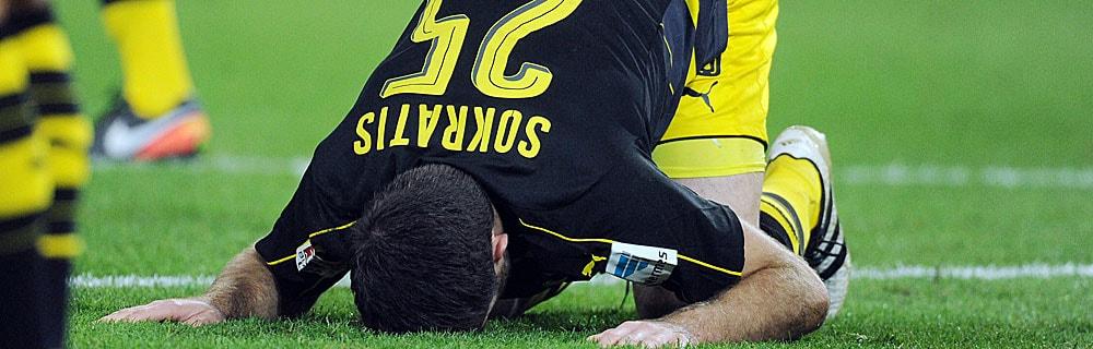 Die besten Online Sportwetten Close-up Fussballspieler auf dem Spielfeld Pose Gebet
