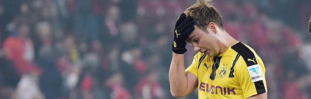 Die besten Online Sportwetten Close-up Fussballspieler Mario Götze auf dem Spielfeld Hand an Stirn