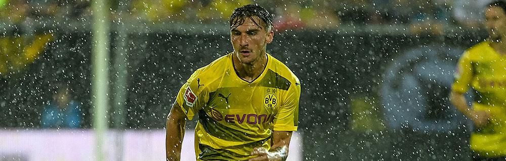 Die besten Online Sportwetten Close-up Fussballspiel Spieler im Spiel auf dem Spielfeld Regen