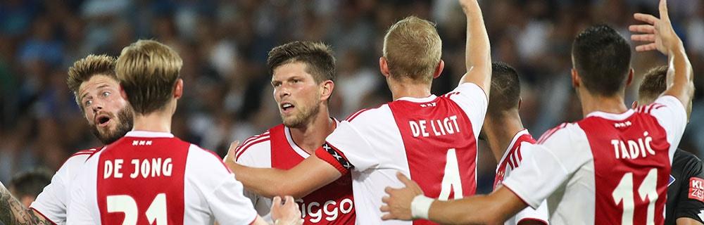 Die besten Online Sportwetten Close-up sechs Fussballspieler auf dem Spielfeld Arme hoch De Jong De Ligt Tadic