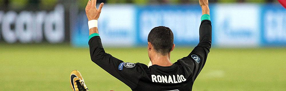 Die besten Online Sportwetten Close-up Fussballspieler Christiano Ronaldo auf dem Spielfeld Rücken Arme hoch