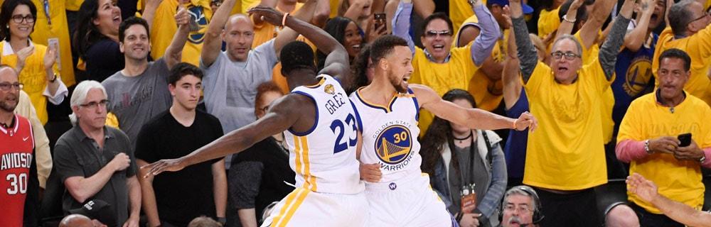 Die besten Online Sportwetten Close-up Basketballspieler im Spiel Duell Zuschauer im Hintergrund