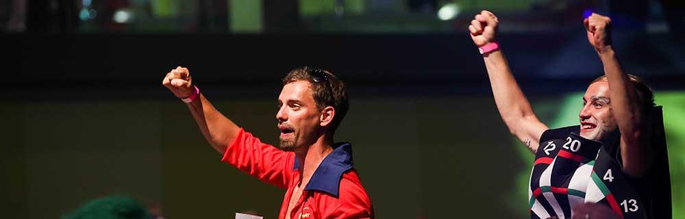 Die besten Online Sportwetten Close-up Darts zwei Spieler Siegerpose Darts Kostüm