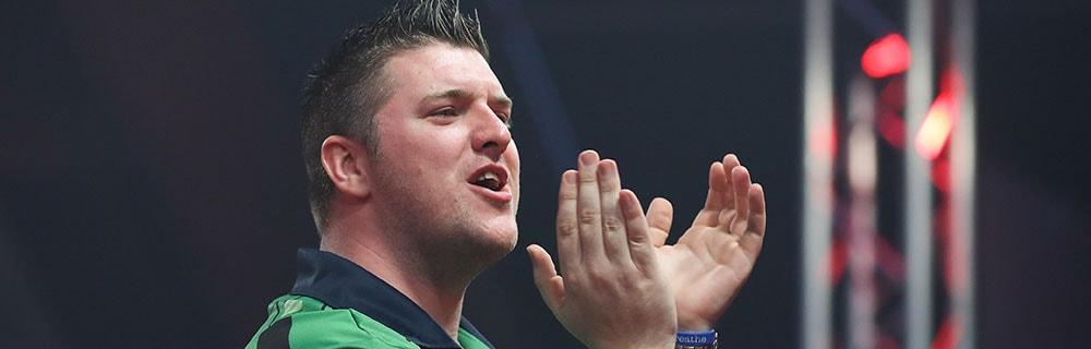 Die besten Online Sportwetten Close-up Dartsspieler applaudiert