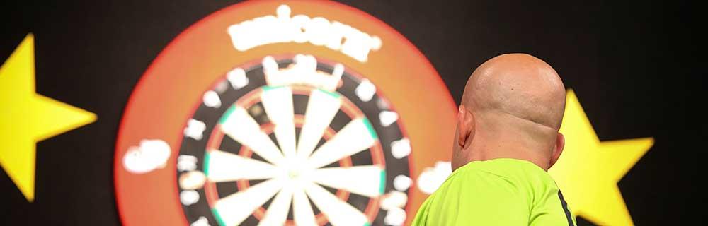 Die besten Online Sportwetten Close-up Dartsspieler fokussiert Dartscheibe