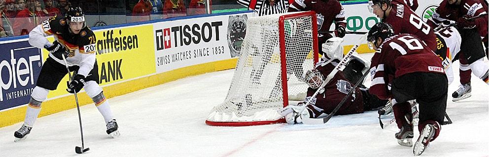 Die besten Online Sportwetten Close-up Eishockeyspieler auf dem Eis im Spiel am Tor