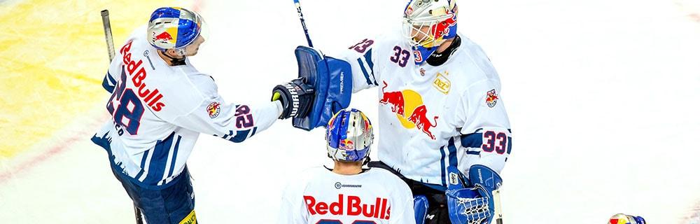 Die besten Online Sportwetten Vogelperspektive drei Eishockeyspieler auf dem Eis high five