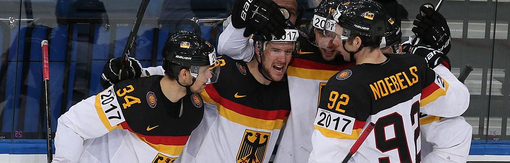 Die besten Online Sportwetten Close-up Eishockeyspieler auf dem Eis Umarmung Jubel