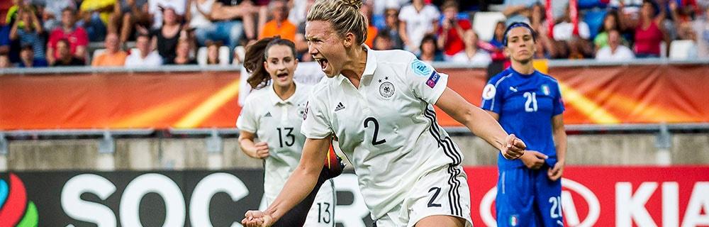 Die besten Online Sportwetten Close-up Fussballspielerinnen auf dem Spielfeld Jubel