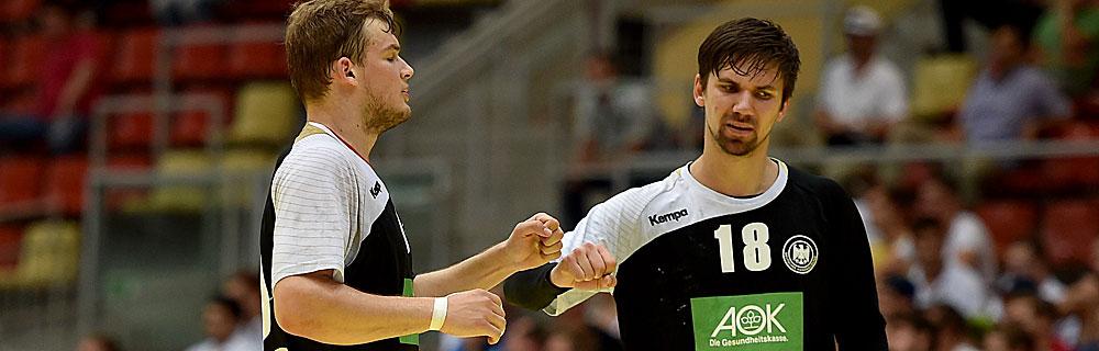 Die besten Online Sportwetten Close-up Handballspiel zwei Spieler auf dem Spielfeld