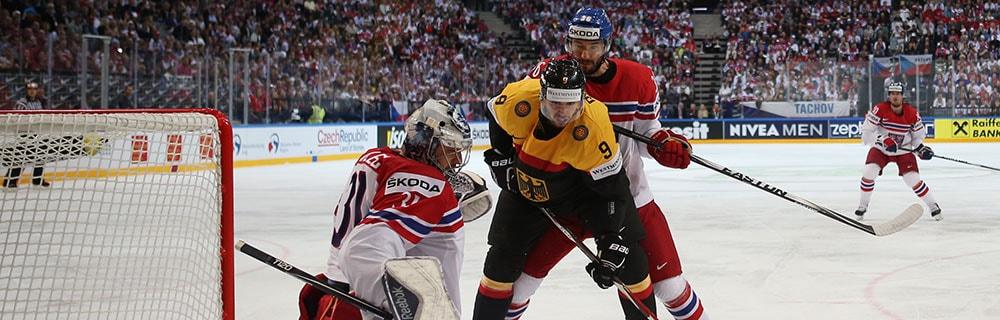 Die besten Online Sportwetten Close-up Eishockeyspiel drei Spieler vor Tor Torhüter Duell